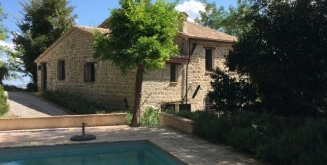 Casale in pietra con piscina a Cupramontana
