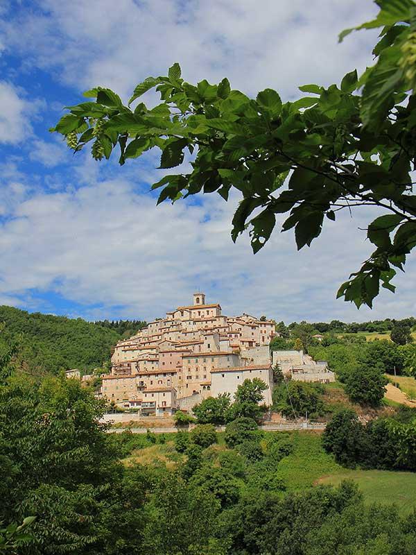 Borgo storico nella campagna marchigiana