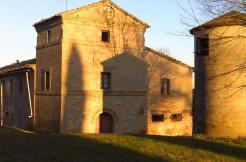 Il complesso di casolari Torre Amena vicino Montecassiano (MC)