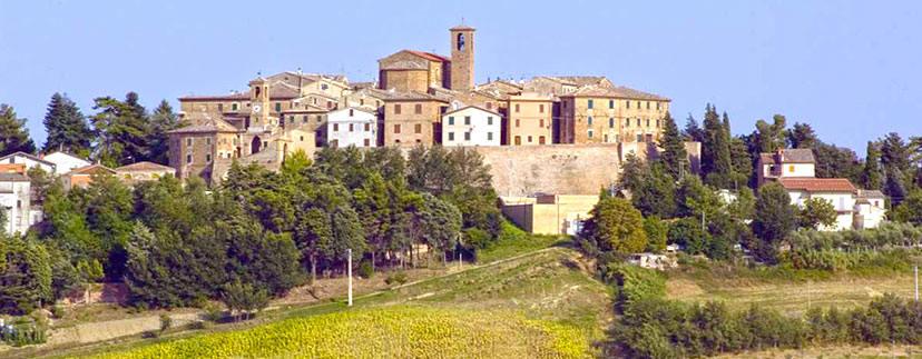Il borgo medievale nel paesaggio di campagna marchigiano