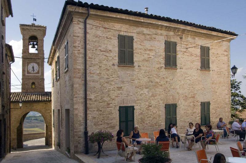 Il borgo medievale marche country homes for Aprire i piani casa a due piani di concetto