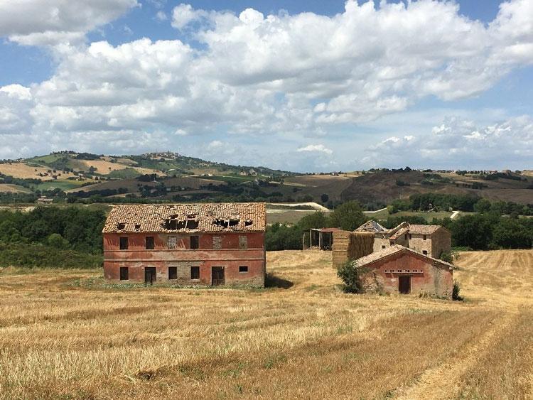 Borgo Nuovo, gruppo di antichi casolari da restaurare vicino Cingoli