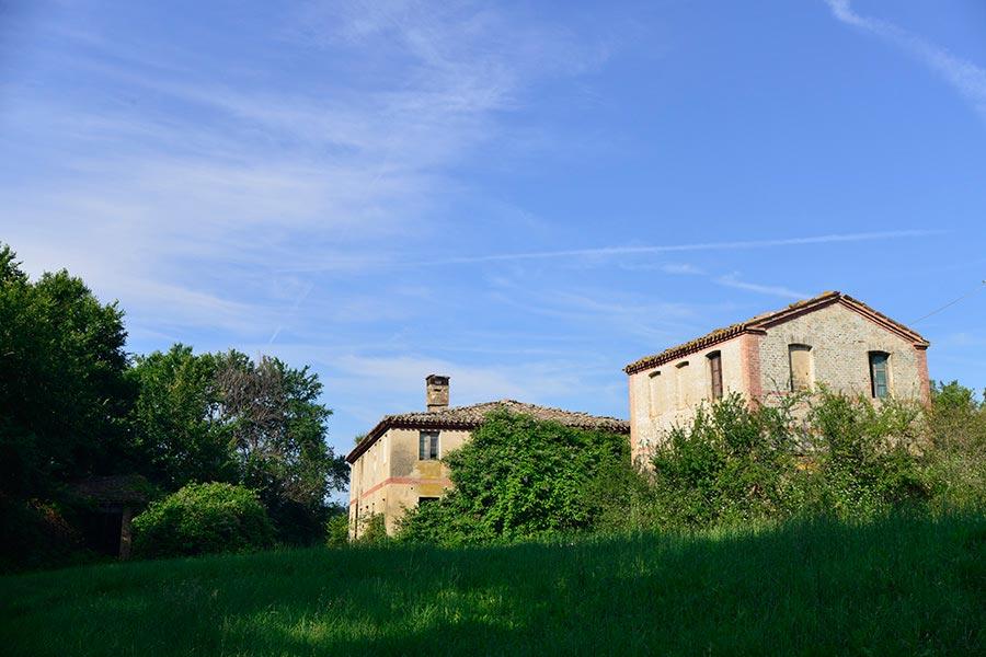 Casale Vignabianca nella campagna di Arcevia