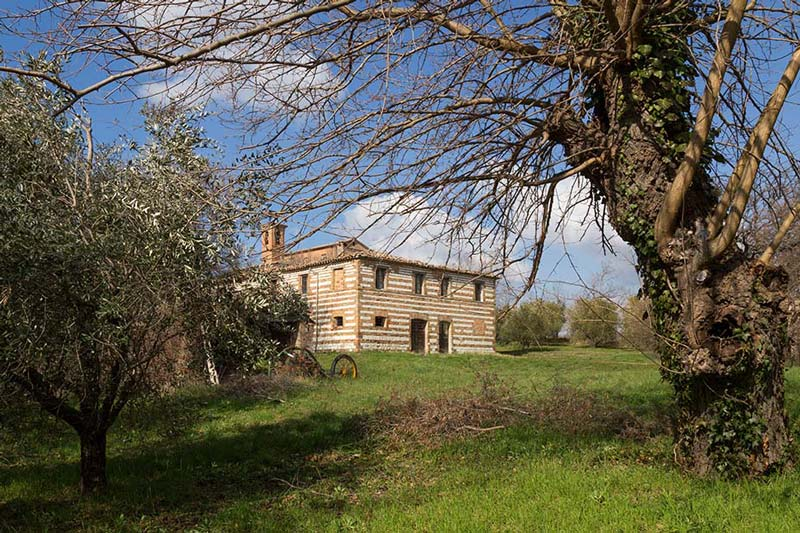 Casale del Castello di Loretello nella campagna di Arcevia