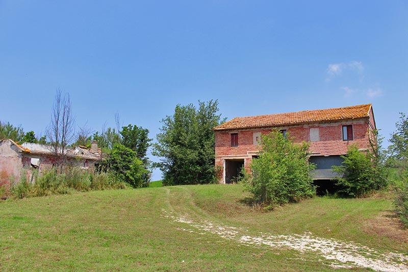 Casale Granodoro nella campagna di Ostra