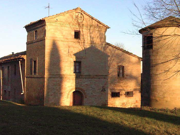 Torre Amena nella campagna di Montecassiano