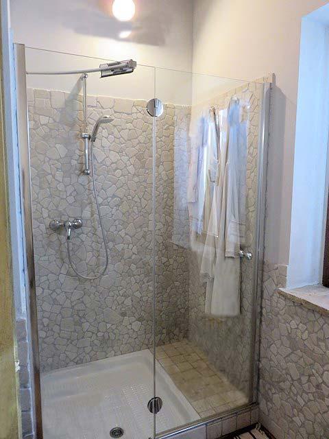 casolare-polverigi-doccia