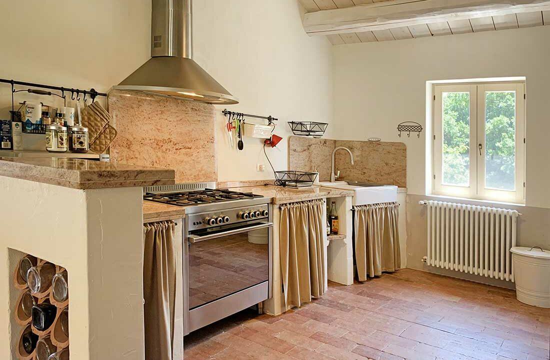 Casale-Colognola-particolare-cucina