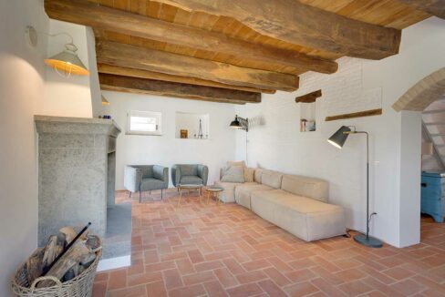 Casale-Senigallia-lounge-with-fire