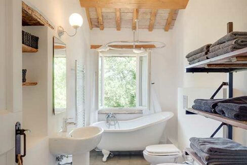 Casale-Senigallia-main-bathroom